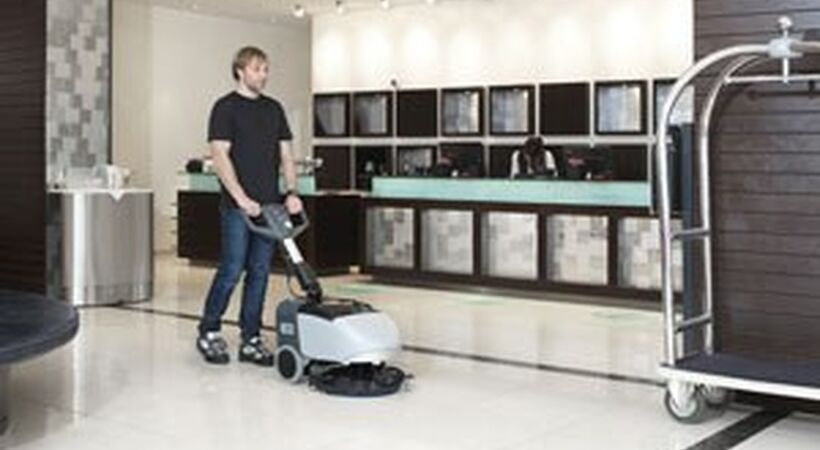 Compact scrubber dryer for small area cleaning